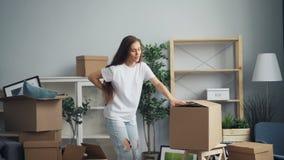 Zmęczona dziewczyna przynosi ciężkich pudełka wtedy dotyka tylnego cierpienie od złego backache zbiory wideo