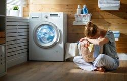 Zmęczona gospodyni domowej kobieta w stresie śpi w pralnianym pokoju z obmyciem fotografia royalty free