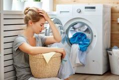Zmęczona gospodyni domowej kobieta w stresie śpi w pralnianym pokoju z obmyciem obraz stock