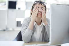 Zmęczona kobieta dotyka ona oczy zdjęcia stock