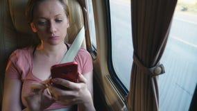Zmęczona kobieta jedzie autobus używać jej telefon zdjęcie wideo