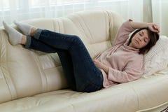 zmęczona kobieta kłaść puszek na leżance Zdjęcie Royalty Free