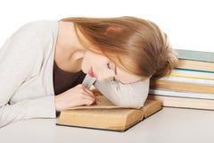 Zmęczona kobieta przygotowywa egzamin obraz royalty free