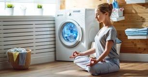 Zmęczona kobiety gospodyni domowa w stresie medytuje w lotosowej joga pozie wewnątrz zdjęcia stock