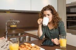Zmęczona młoda dziewczyna z filiżanką kawy w śniadaniu fotografia royalty free