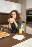 Zmęczona młoda dziewczyna z filiżanką kawy w śniadaniu zdjęcie royalty free