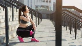 Zmęczona młoda kobieta relaksuje na schodkach zdjęcia royalty free