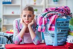 Zmęczona przygnębiona gospodyni domowa robi pralni Obrazy Royalty Free