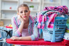 Zmęczona przygnębiona gospodyni domowa robi pralni Zdjęcie Royalty Free