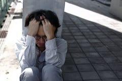 Zmęczona zapracowana młoda Azjatycka biznesowa manin depresja z rękami na czole obrazy royalty free