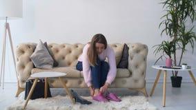 Zmęczone kobiety odmieniania szpilki sneakers w domu zdjęcie wideo