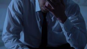 Zmęczonego mężczyzny osamotniony obsiadanie w sypialni, przepracowywa się, problemy z okres więzienia zbiory