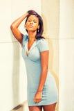 Zmęczonego Młodego amerykanina afrykańskiego pochodzenia bizneswomanu myślący outside w N Fotografia Stock