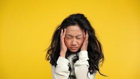 Zmęczonej azjatykciej kobiety czuciowa migrena Straszna migrena zdjęcie wideo