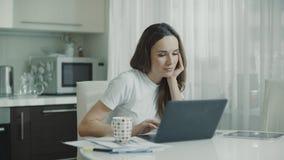 Zmęczonej kobiety laptopu pracująca miejsce pracy w domu Sfrustowana osoba zdjęcie wideo
