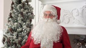 Zmęczony Święty Mikołaj budzi się up od drzemki kontynuować przygotowywający Xmas teraźniejszość Obrazy Stock