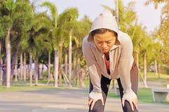 Zmęczony żeński biegacza pocenie, oddychanie i zdjęcie stock