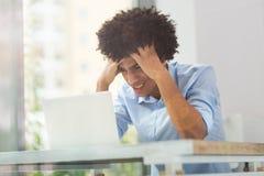 Zmęczony afro mężczyzna z laptopem Obraz Royalty Free