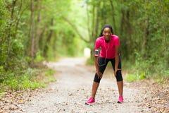 Zmęczony amerykanin afrykańskiego pochodzenia kobiety jogger portret - sprawność fizyczna, ludzie fotografia royalty free