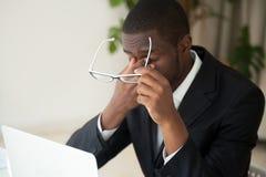 Zmęczony amerykanin afrykańskiego pochodzenia wyczerpujący od pracujących długich godzin Fotografia Stock