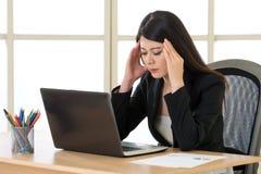 Zmęczony Asia bizneswoman z migreną w biurze Fotografia Stock