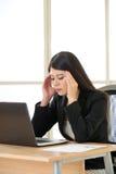 Zmęczony Asia bizneswoman z migreną w biurze Obraz Stock