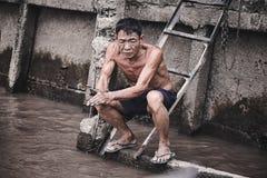 Zmęczony Azjatycki pracownik myje jego ręki w rzece Zdjęcie Stock