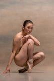 Zmęczony baletniczego tancerza obsiadanie na drewnianym krześle na szarym tle zdjęcie royalty free