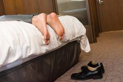 Zmęczony biznesmen pijący w hotelu zdjęcia stock