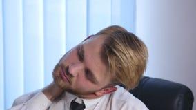 Zmęczony biznesmen pracuje póżno przy nocą i rozluźnia jego krawat w biurze zbiory wideo