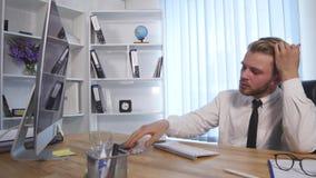 Zmęczony biznesmen pracuje póżno przy nocą i rozluźnia jego krawat w biurze zbiory