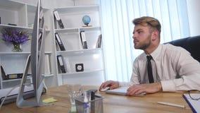 Zmęczony biznesmen pracuje póżno przy nocą i rozluźnia jego krawat w biurze zdjęcie wideo