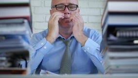 Zmęczony biznesmen Pracuje Póżno w księgowości archiwum biurze Naciera Jego ono Przygląda się zbiory
