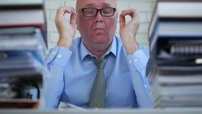 Zmęczony biznesmen w księgowości biurze Naciera jego ono Przygląda się zdjęcie wideo