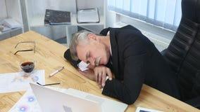 Zmęczony biznesmen z laptopu spadać uśpiony w biurze zdjęcie wideo