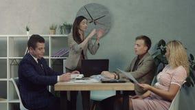 Zmęczony biznesmena spadać uśpiony w spotkaniu zbiory wideo