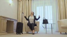 Zmęczony bizneswoman właśnie przyjeżdżający w pokoju hotelowym zbiory