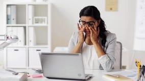 Zmęczony bizneswoman w szkłach przy biurem zbiory