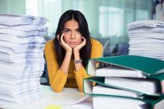 Zmęczony bizneswomanu obsiadanie przy stołem w biurze fotografia stock
