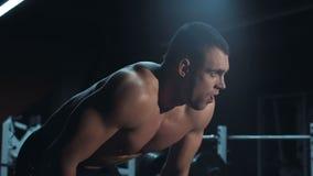 Zmęczony bodybuilder patrzeje w kamerę zbiory wideo
