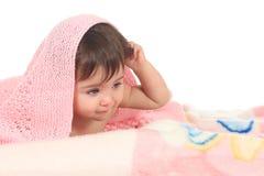 Zmęczony dziecko pod różową koc obraz royalty free