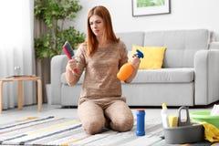 Zmęczony gospodyni domowej cleaning dywan zdjęcie stock