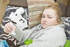 Zmęczony i zdegustowany kobiety lying on the beach na łóżku, zbliżenie fotografia stock