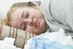 Zmęczony i zdegustowany kobiety lying on the beach na łóżku, zbliżenie zdjęcie royalty free