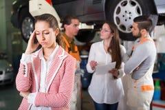 Zmęczony klient przy samochód usługa obraz royalty free