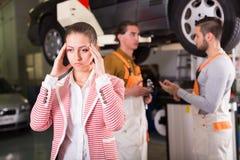Zmęczony klient przy samochód usługa obraz stock