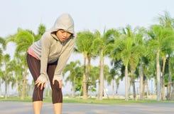 Zmęczony kobieta biegacz bierze odpoczynek po biegać mocno zdjęcia stock