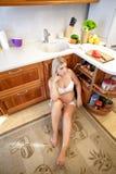 Zmęczony kobieta w ciąży obsiadanie na podłoga Zdjęcie Stock