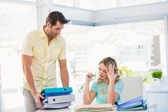 Zmęczony kreatywnie bizneswoman z stertą kartoteki na biurku Zdjęcia Stock