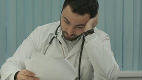 Zmęczony lekarz medycyny męczący od papierkowej roboty z dokumentami Obrazy Royalty Free